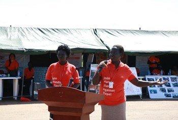 Wanawake wakizungumza kwenye kampeni ya kupinga ukatili dhidi ya wanawake, Sudan Kusini. Kushoto ni Dudu Emilia.