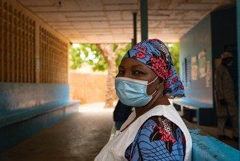 Un agent de santé dans un centre de santé de Niamey, la capitale du Niger