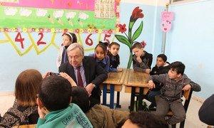Le Secrétaire général de l'ONU, António Guterres, lors d'une visite dans une école gérée par l'UNRWA en Jordanie.