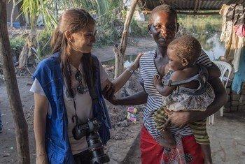 Opération de secours après le cyclone Idai au Mozambique. Déborah Nguyen, porte-parole du PAM rencontre Alice. Elle a sept enfants et sa maison à été complètement détruite lors du cyclone.