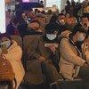 الأشخاص يرتدون أقنعة على وجوههم في منطقة الانتظار بمطار شينزين باوآن الدولي في الصين.