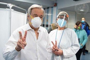 联合国秘书长古特雷斯在纽约市布朗克斯区的阿德莱·史蒂文森高中接受了新冠疫苗接种。