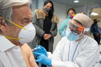 Katibu Mkuu wa UN  António Guterres akipatiwa chanjo ya COVID-19 kwenye shule mjini Bronx New York