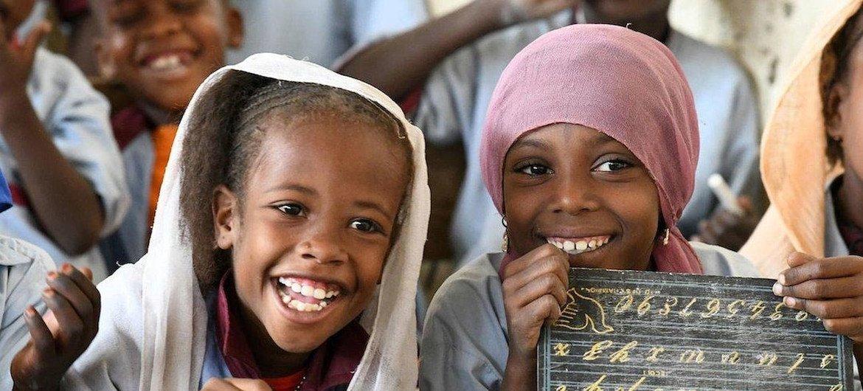 Des enfants à Bol, au Tchad, étudient les sciences à l'école.
