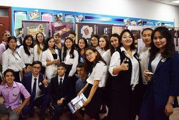 Айгерим Сейтенова (третья справа) с участниками образовательной программы о Холокосте Общественного фонда «Еркіндік Қанаты» (Крылья свободы) в Казахстане