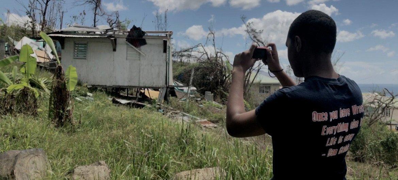 拉塞尔用相机记录下飓风在多米尼克所造成的破坏。