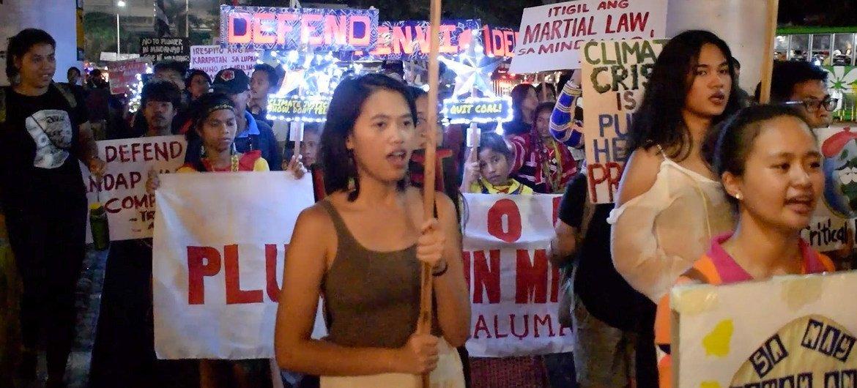 """菲律宾首都马尼拉的""""气候罢课""""示威游行。"""