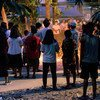 Des personnes de part et d'autre des clivages ethniques et religieux participent à une vigie à Yangon, au Myanmar.