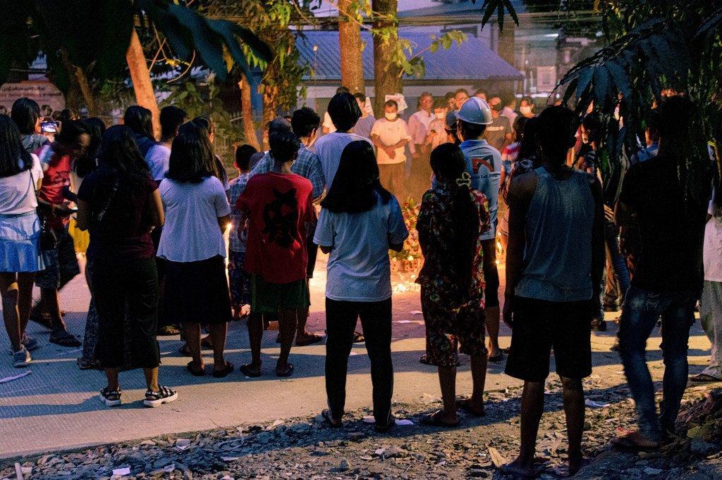 缅甸仰光居民为在示威活动中丧生的人员举行守夜仪式。