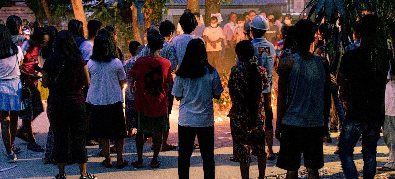 म्याँमार के यंगून शहर में, विभिन्न नस्लीय व धार्मीक पृष्ठभूमि के लोग, प्रार्थना सभा में शिरकत करते हुए.
