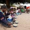 Des enfants mangeant leur repas scolaire au Mozambique