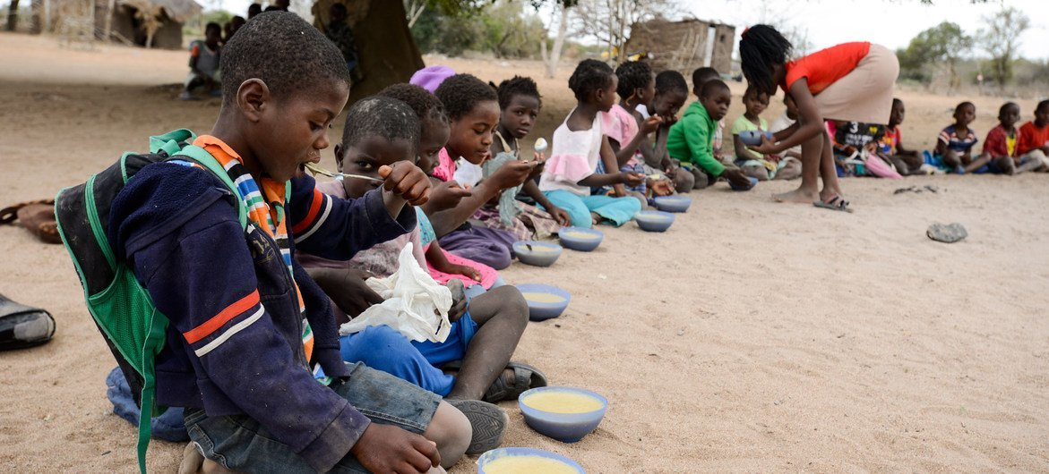 Niños comiedo en una escuela de la provincia de Maputo en Mozambique.