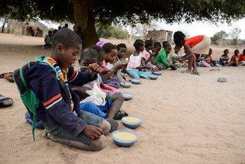 Hora da merenda numa escola em Moçambique.