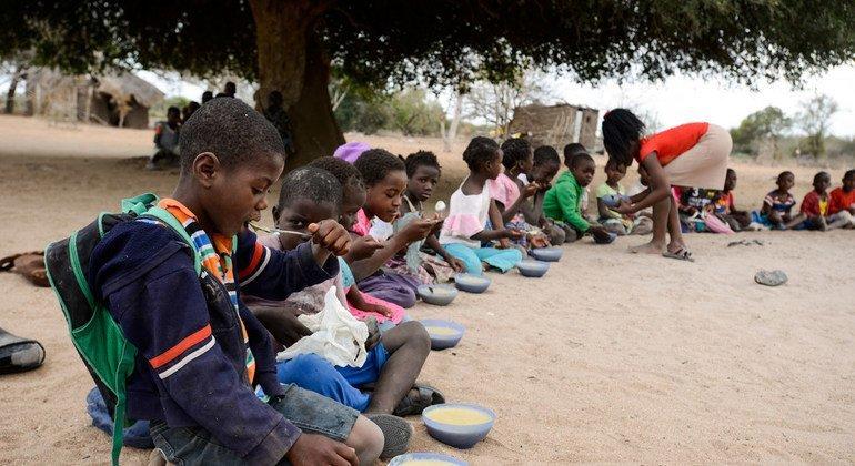 Watoto wakipata mlo shuleni nchini Msumbiji