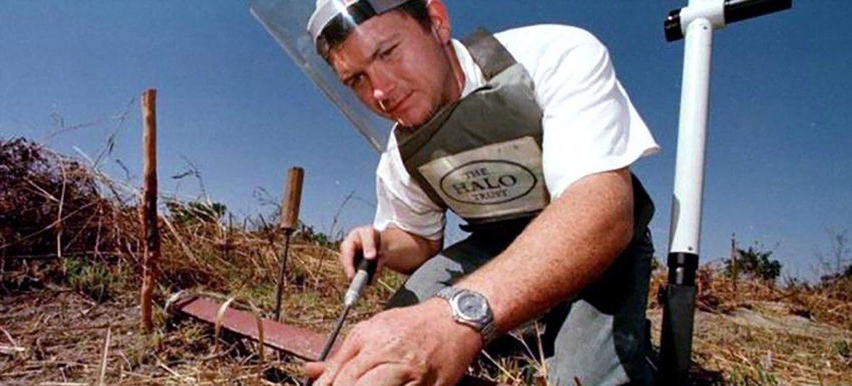赫斯洛普于1997年在安哥拉清除地雷