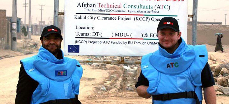 联合国地雷行动处副主任保罗·赫斯洛普(右)2011年在喀布尔郊外的扫雷现场