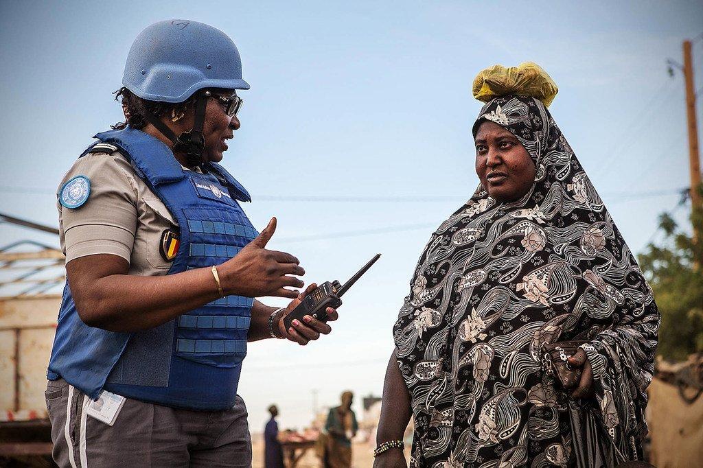 一名联合国女性维和人员与马里梅纳卡地区的一名当地妇女交流。