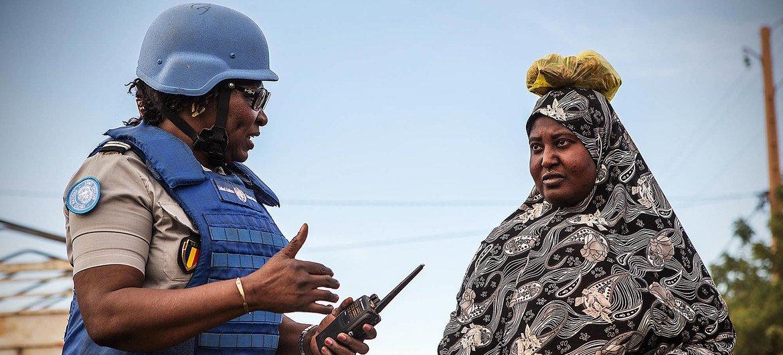 Une Casque bleue parle avec une femme locale dans la région de Ménaka au Mali.