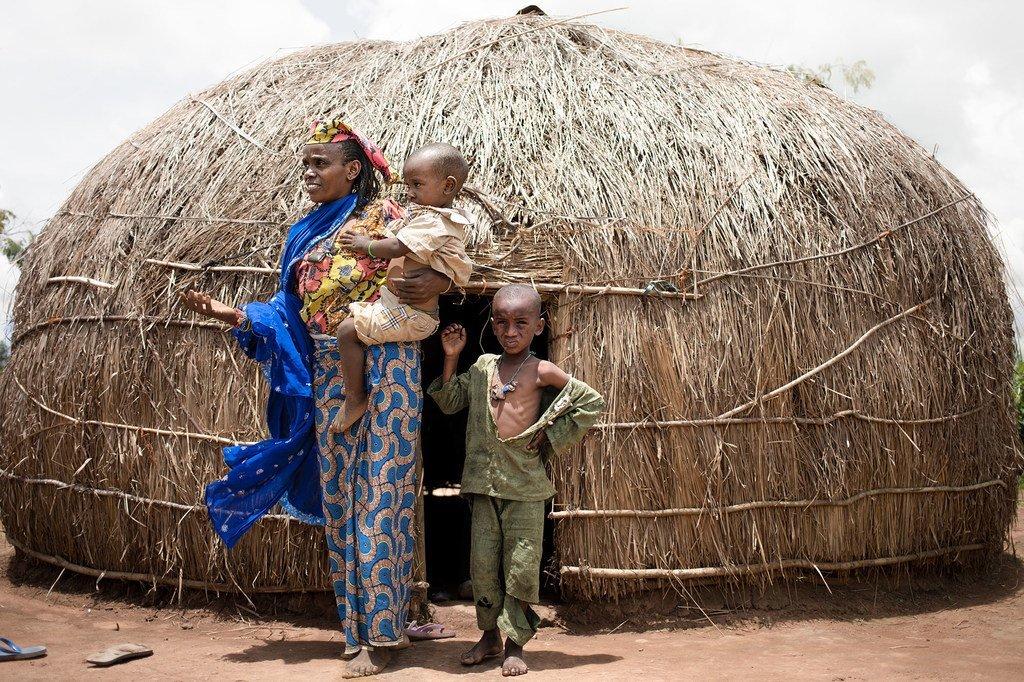 Une femme et ses fils se tiennent devant leur abri dans un camp de déplacés à Baboua, en République centrafricaine.