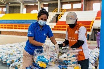 Cestas de alimentos sendo distribuídas para migrantes e populações vulneráveis em Bogotá, na Colômbia.