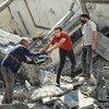 Des biens sont récupérés des ruines d'un bâtiment à Gaza après des frappes israéliennes en mai.