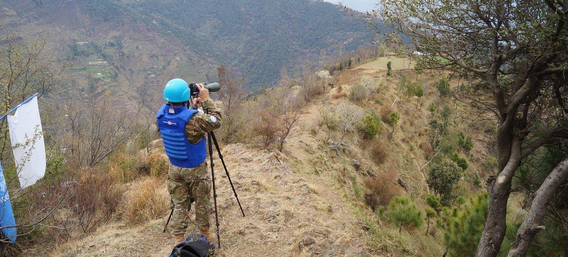El Capitán Agustín Señorans realizando tareas de observación en CHIRIKOT, base Rawalakot del lado pakistaní, supervisando que no haya modificaciones en la conformación de los puestos militares indios y pakistaníes.