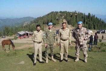 El L/NK Shaqueel del ejército de Pakistán, el Capitán Juan Carlos Hernández Gómez, el L/NK Mudasar del ejército pakistaní y el Mayor Tomas Oberg del ejército de Suecia realizando tareas conjuntas en Tauli Pir, en la base de la ONU en Rawalot, Pakistán.