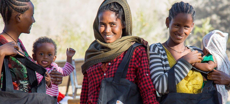 نازحات يتلقين مجموعات الكرامة في تيغراي بإثيوبيا.