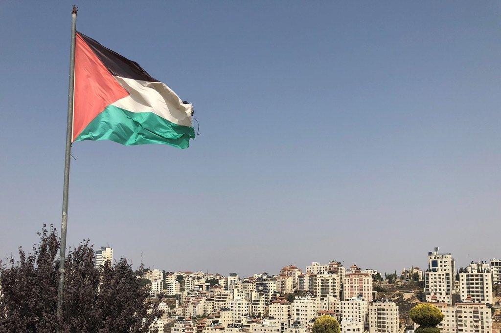 Le drapeau palestinien flotte dans la ville de Ramallah, en Cisjordanie.