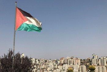 巴勒斯坦的旗帜飘扬在约旦河西岸城市拉马拉上空。