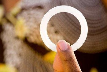 l'anneau vaginal de « dapivirine », qui adapte la technologie médicale utilisée couramment comme dispositif contraceptif pour administrer le médicament antirétroviral afin de prévenir le VIH.