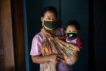 Una mujer con su hija de dos años en su casa en Java, Indonesia.