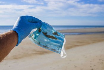 Un masque facial trouvé lors d'un nettoyage de plage à Hampton Beach, New Hampshire, USA.