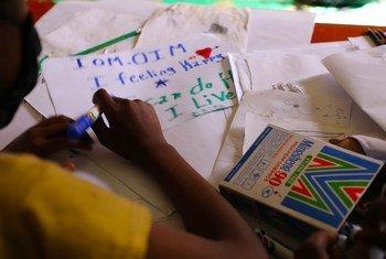 Un enfant déplacé par le conflit dans un centre de santé mentale de l'OIM à Tigray, en Ethiopie.
