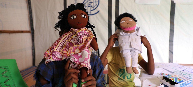 Des jeux, des jouets, du matériel de dessin et d'autres divertissements permettent aux enfants déplacés par le conflit de profiter de leurs journées dans un centre de santé mentale de l'OIM à Tigray, en Ethiopie.