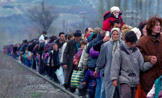 Беженцы из Косово прибывают в Северную Македонию, 1999 год