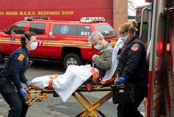 一名新冠病毒感染者被救护车送入纽约皇后区的一家医院。