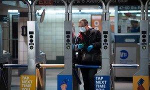 Un homme portant un masque dans le métro de New York pendant la pandémie de Covid-19.