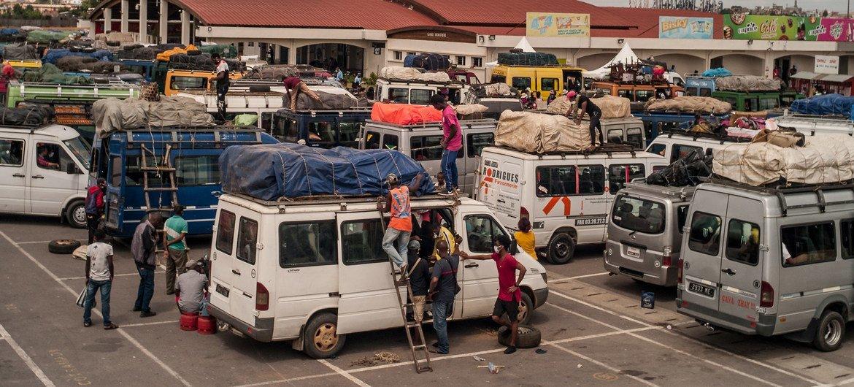"""由于疫情""""封城""""期间缺乏生计,大批百姓聚集在马达加斯加首都安塔那那利佛的巴士总站,希望搭乘巴士返回故乡。"""