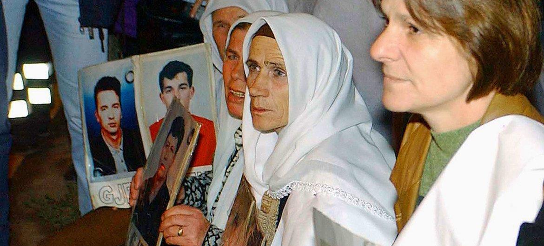 قريبات ضحايا الاختفاء القسري ينظمن تظاهرة صامتة خارج مقر الأمم المتحدة في بريستينا، كوسوفو. 2002.