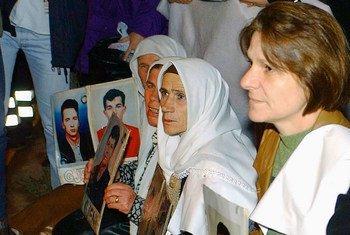 2002年,在科索沃普里什蒂纳的联合国办公室外面默默示威的失踪者亲戚。(资料)