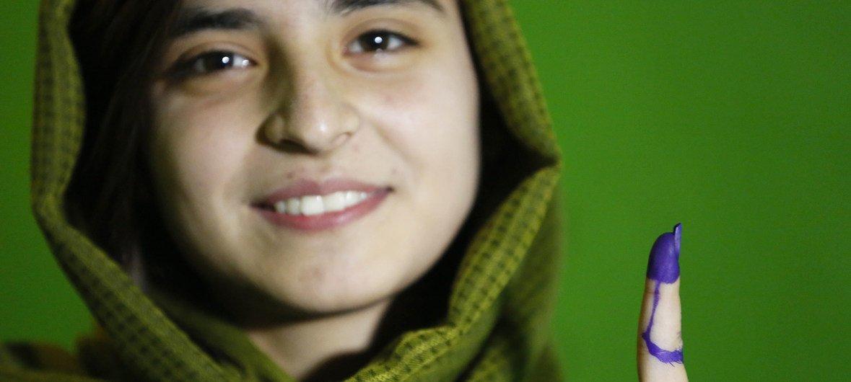 Жительница Кабула, проголосовавшая на выборах президента страны.