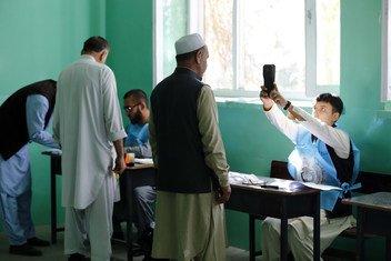 喀布尔扎尔戈纳女子高中的投票站,男子在总统选举中投票。