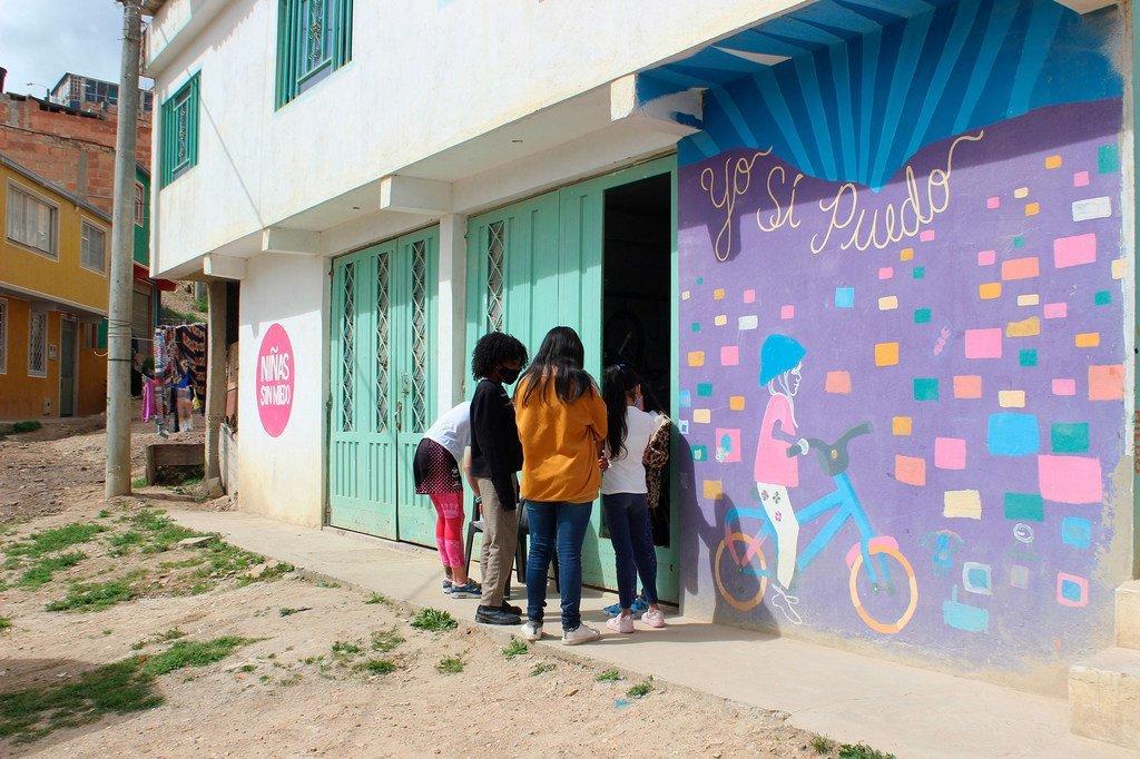 Un grupo de niñas en la entrada de la Fundación Niñas sin Miedo.