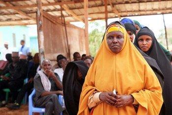 من الأرشيف: الناس يصطفون للإدلاء بأصواتهم أثناء الانتخابات في الصومال.