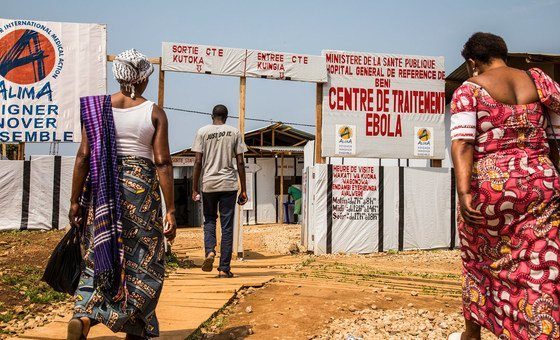 Familiares visitan a pacientes en un centro para enfermos de ébola en la RD Congo