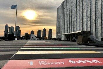 «Путь к Целям устойчивого развития» - инсталляция на входе в штаб-квартиру ООН в Нью-Йорке.