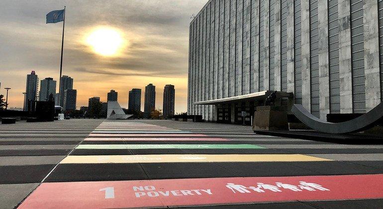 «Путь к Целям устойчивого развития» на входе в штаб-квартиру ООН в Нью-Йорке