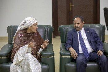 نائبة الأمين العام للأمم المتحدة، أمينة محمد (يسار)، تلتقي برئيس وزراء السودان، السيد عبد الله حمدوك في الخرطوم.