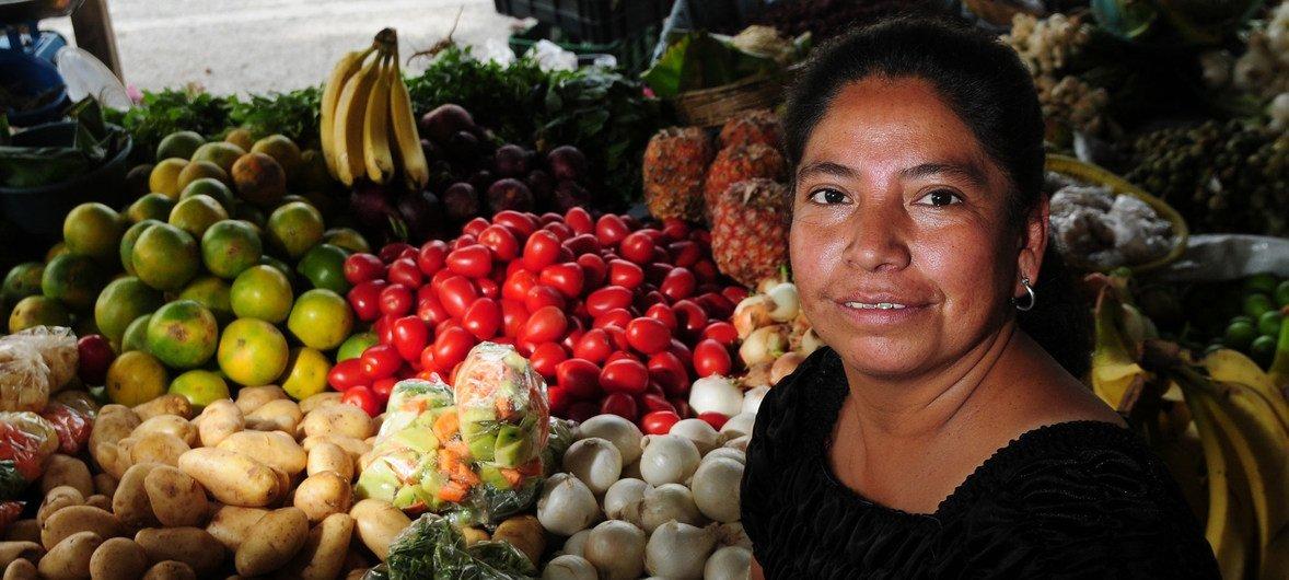 Una mujer vende frutas en Guatemala antes de la pandemia.